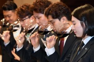 [서울포토] '와인 향기 맡으며'… 최고의 소믈리에는?