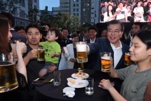 [서울포토] 문재인 대통령, 행복주택 입주자들과 건배