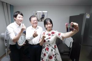 [서울포토] 신혼부부와 셀카 찍는 문재인 대통령