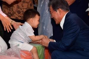 [서울포토] 아이와 인사하는 문재인 대통령