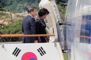 [서울포토] 전용기 오르는 문재인 대통령 내외