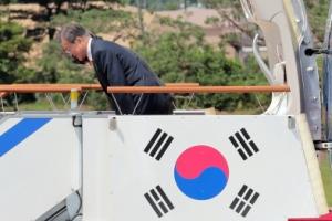 [서울포토] 문재인 대통령 '잘 다녀오겠습니다'