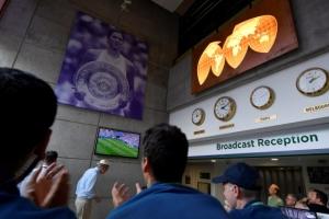 몸은 윔블던… 마음은 월드컵
