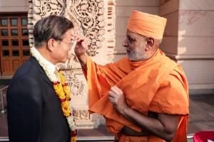 """문대통령 악샤르담 힌두사원 방문…""""한국·인도·세계평화 기원"""""""