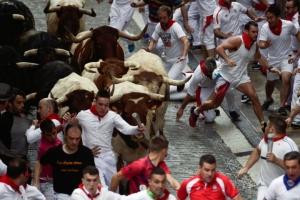 살고 싶으면 뛰어라! 투우 소와 함께 뛰는 스페인 산 페르민 축제