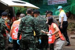 """태국 언론 """"동굴서 구조된 4명 중 1명은 코치""""…당국은 """"아이 4명"""""""