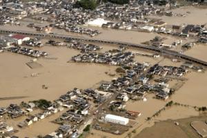 日폭우로 흘러나온 가스통 200개 어쩌나…일부는 바다로 유출