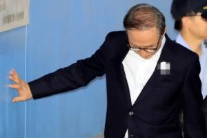[포토] 오늘도 벽 짚고… 법정 향하는 이명박 전 대통령