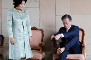 [포토] '맨발로 추모?'… 간디 추모공원서 양말 다시 신는 문 대통령