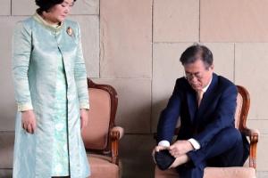 [서울포토] 간디 추모공원 방문후 양말신는 문 대통령