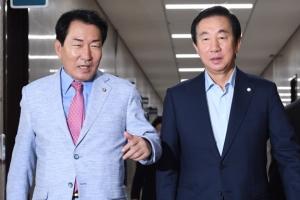 [서울포토] 원내대책회의 참석하는 김성태 권한대행과 안상수 비대위위원장