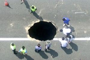 [포토] 자동차 크기만한 대형 싱크홀