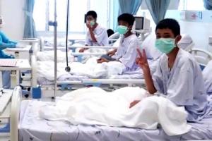 [포토] 밝은 표정 'V' 그리는 태국 동굴 소년들…회복 모습 공개