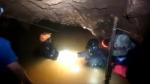 좁고 어두운 동굴 속 흙탕…