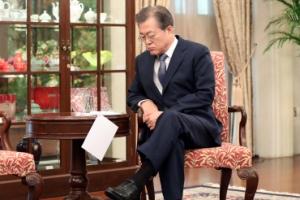 [서울포토] 홀로 앉아 원고 꼼꼼히 살피는 문재인 대통령