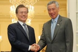 """문대통령, 리센룽 총리와 회담…""""신남방정책 기조하 관계 격상"""""""