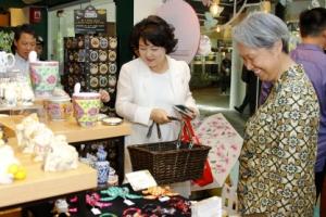 김정숙 여사 '평창 에코백' 들고 싱가포르 장애인지원센터 방문
