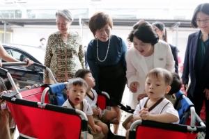 [서울포토] 싱가포르 아이들 바라보는 김정숙 여사