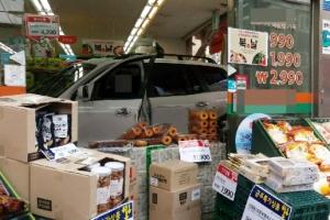 서울 구의동에서 상가로 차량 돌진…2명 사망