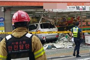 슈퍼마켓 들이받은 車… 2명 숨지고 7명 부상