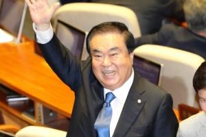 [포토] 반갑게 손 흔드는 문희상 국회의장…누구를 향한 인사?
