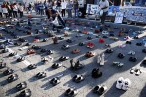 [포토] '주인없이 홀로 남겨진 신발들'…잔혹한 총기폭력