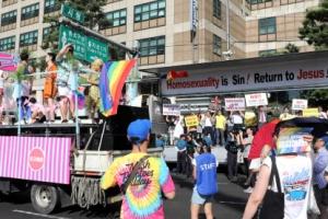 찬반 대립 속 '퀴어축제'…6만명 무지갯빛 퍼레이드