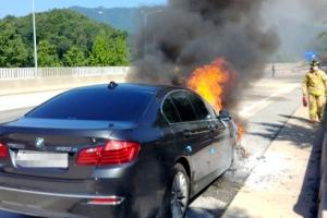 고속도로 주행 BMW 엔진룸서  불…운전자는 대피