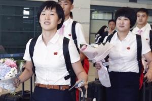 [서울포토] '반갑습니다'… 입국하는 북한 탁구대표팀