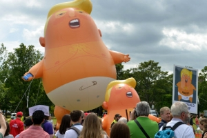 '기저귀 찬 트럼프' 풍선… 英여왕 막고 앞장선 트럼프