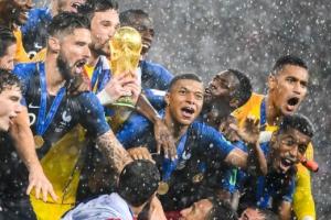 [포토] '2018 러시아 월드컵' 우승 트로피 손에 쥔 프랑스