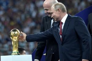 [포토] 러시아 월드컵, 푸틴 대통령 '우승 트로피 만져라도…'