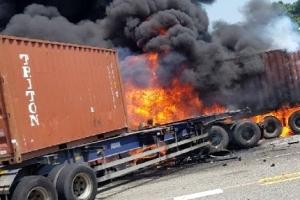 [포토] 도로 위 불타는 트레일러…3명 사상