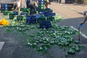 화물차에 실은 소주박스 넘어져…빈 병 500개 와장창