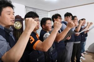 [서울포토] 전국편의점가맹점협회, 최저임금 인상안 반발 '불끈 쥔 주먹'