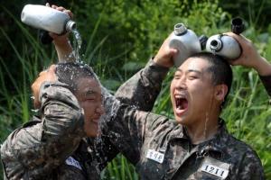 [포토] '수통 물 샤워가 끝내줍니다!'