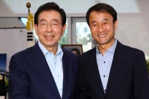 """靑 정무수석 만난 박원순 """"지방분권 진척 안 돼 답답"""""""