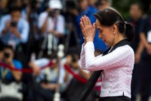 [포토]아웅산 수치 미얀마 국가 자문역 71주년 순교자의 날 참배