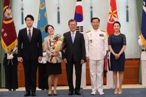 [서울포토] 문재인 대통령, 심승섭 해군참모총장 가족들과 기념사진
