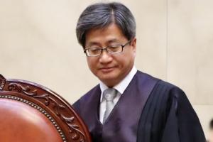 """부친상 중에 법정찾은 김명수 대법원장…""""개인사보다 재판 우선"""""""