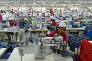 """미얀마에 온 중국 의류제조업체 '루타이' """"인건비 절반 수준… 유럽 수출 최적 입지…"""