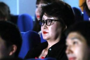 [포토]'안경쓰고 진지하게' 김정숙 여사 영화 '허스토리' 관람