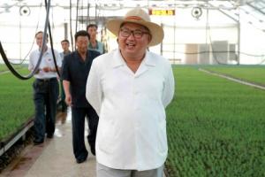 [포토] 북한 김정은, 밀짚모자 쓰고 양묘장 시찰