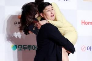 [포토] 이영자, 진행자 번쩍 들어올린 '깜짝 팬서비스'