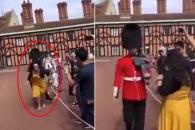 '저리비켜!' 관광객 밀쳐내는 여왕 경비병 논란