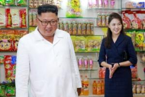 [포토] 北 김정은-리설주, 다정하게 공장 시찰