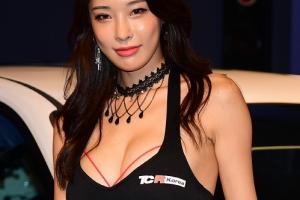 '레이싱 모델' 송가람, 태권도로 다져진 육감적 몸매