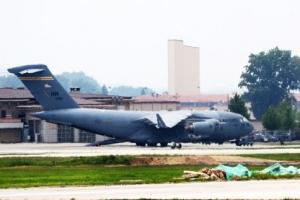 [포토] 미군 유해송환 앞두고 오산기지 대기 중인 수송기