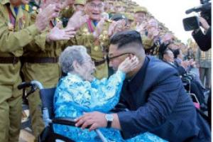 [포토] '껴안고 박수치고'…北 김정은 만난 노병대회 참가자들
