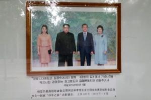 문재인·트럼프 사진 내건 주중 北대사관